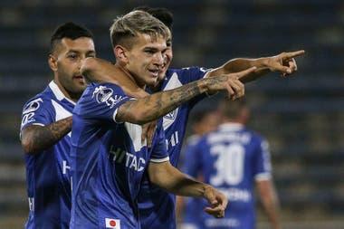 El juvenil Luca Orellano acaba de anotar un golazo para Vélez y lo festeja con sus compañeros. Fue el tanto del 2-1 que mandaba la serie con Universidad Católica a penales.