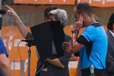 El árbitro Esteban Ostojich, de Uruguay, revisa una de las tantas jugadas polémicas del encuentro entre Palmeiras y River.