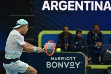 Diego Schwartzman en acción; sus compañeros observan el partido detrás; el particular formato de la ATP Cup