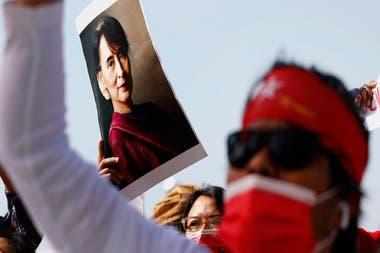 El lunes pasado, las Fuerzas Armadas de Myanmar tomaron el poder y encarcelaron a Suu Kyi.